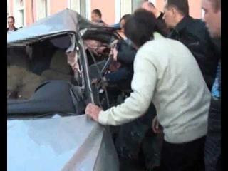 Пострадавшего достают из машины очевидцы