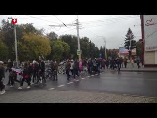 Колонна людей в Бобруйске днем 27 сентября