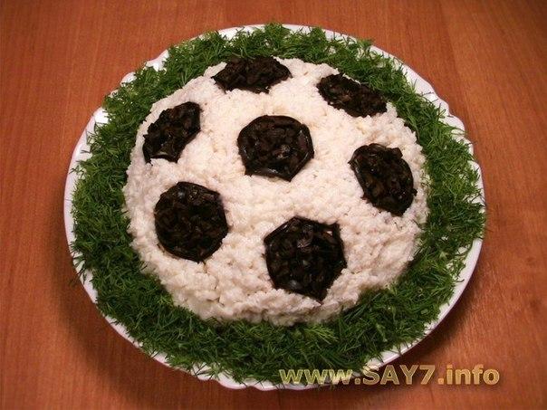 """Салат """"Футбольный мяч""""  Ингредиенты -2 баночки консервированного тунца в масле..."""