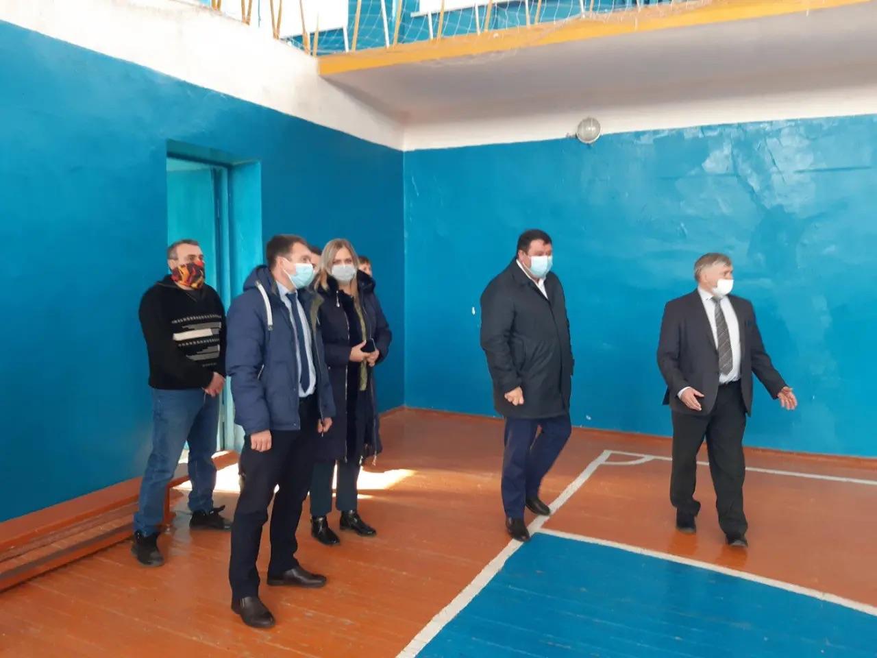 Депутат областной Думы Станислав Денисенко посетил спортивные объекты Петровска