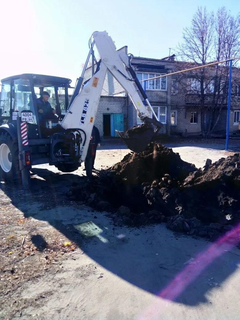 На улице Пионерской, где идёт строительство дома для обеспечения жильём детей-сирот, ведутся работы по прокладке водопроводной сети