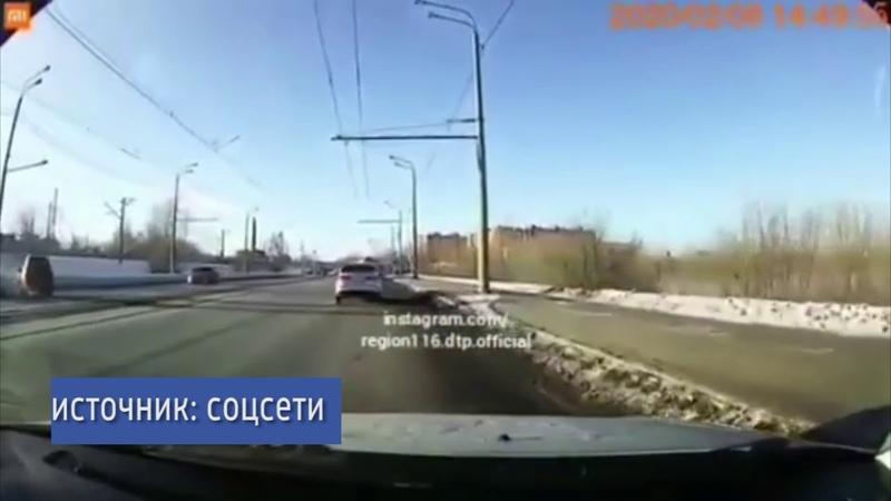 В Казани лихач подрезал авто вылетел на встречную полосу и устроил ДТП