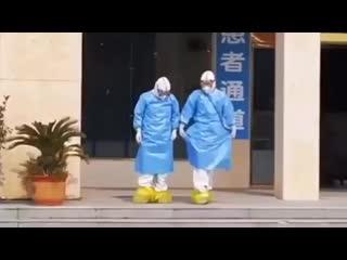 "'Swan Lake', Wuhan doctors dancing.  ""Лебединое озеро"", танцуют Уханьские врачи ))"