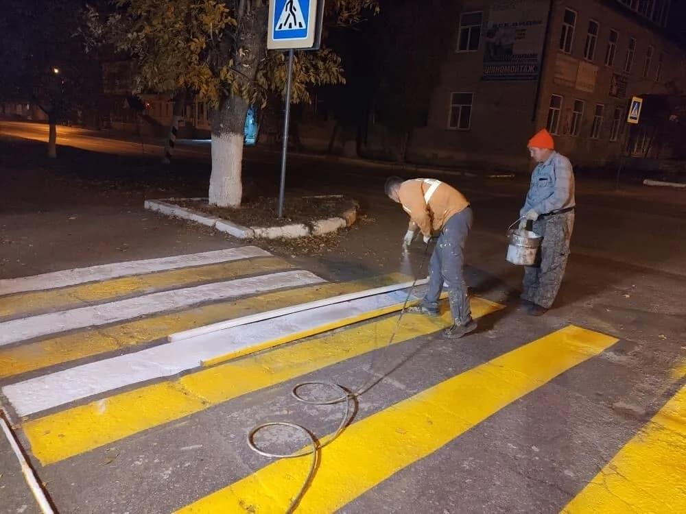 На перекрёстках улиц Петровска обновляют дорожную разметку