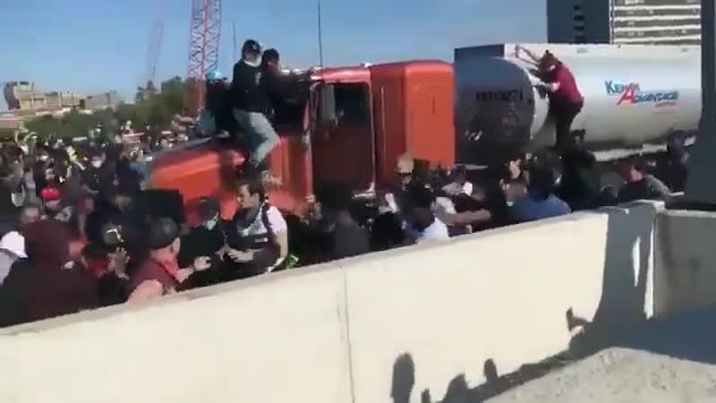 Sur la route de Minneapolis un camion sest retrouvé coincé une foule hostile la arrêté et a sorti le chauffeur