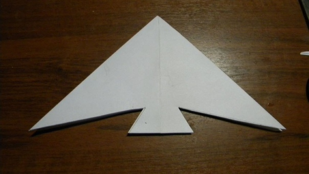 РЫБКИ из бумаги (ОРИГАМИ) Для работы нам понадобится:цветная бумага:ножницы.Приступаем:возьмем квадратный лист бумаги и сложим его (см. фото)- Соединим попарно складки с цифрами 1 и 5, 3 и 7.-