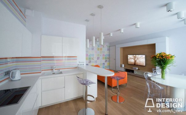 Белая кухня с маленькими яркими акцентами