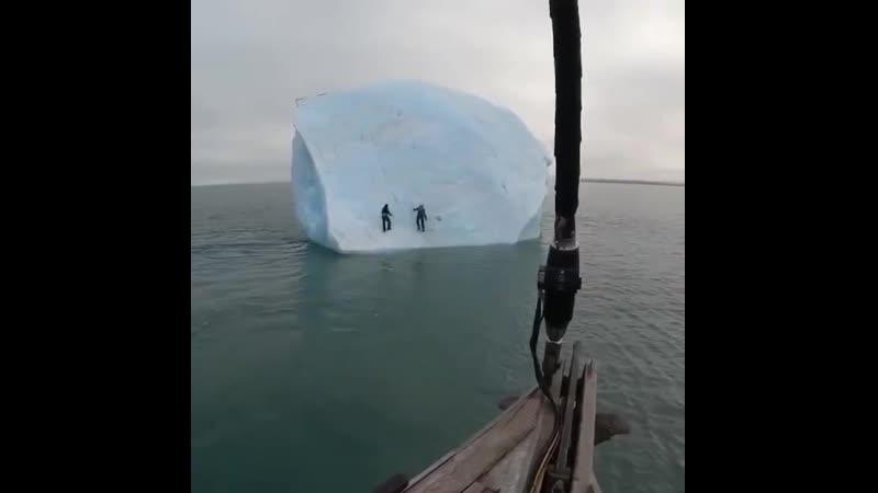 Двое участников арктической экспедиции забрались на айсберг, но тот внезапно перевернулся