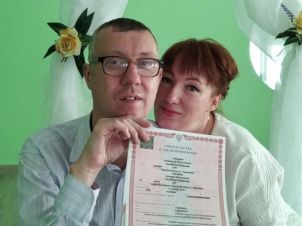 На фотографии Владимир Саранцев с супругой держат в руках свидетельство о заключении брака