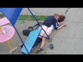 Шок!  Жители многоэтажки засняли как бомж насилует пьяную потаскуху !
