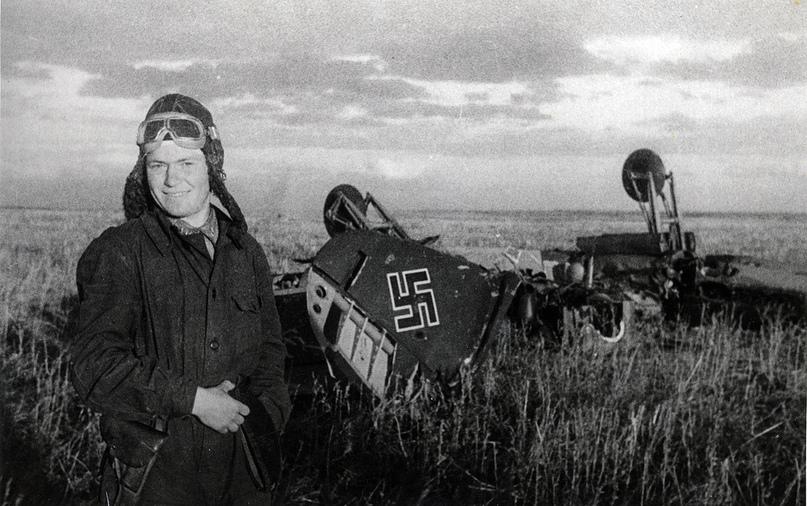 Летчик-истребитель сержант Илья Чумбарев у останков протараненного им немецкого...