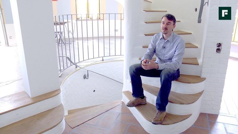 Винтовая лестница в центре дома оригинальное дизайнерское и планировочное решение FORUMHOUSE