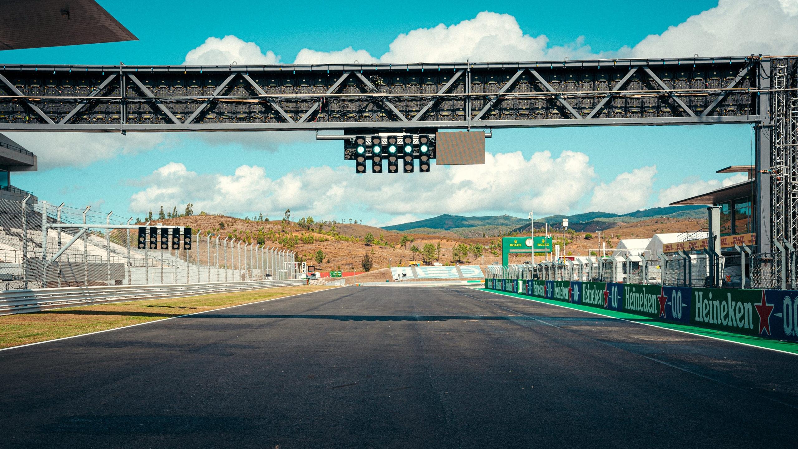 Стартовая прямая автодрома Портимао в Португалии