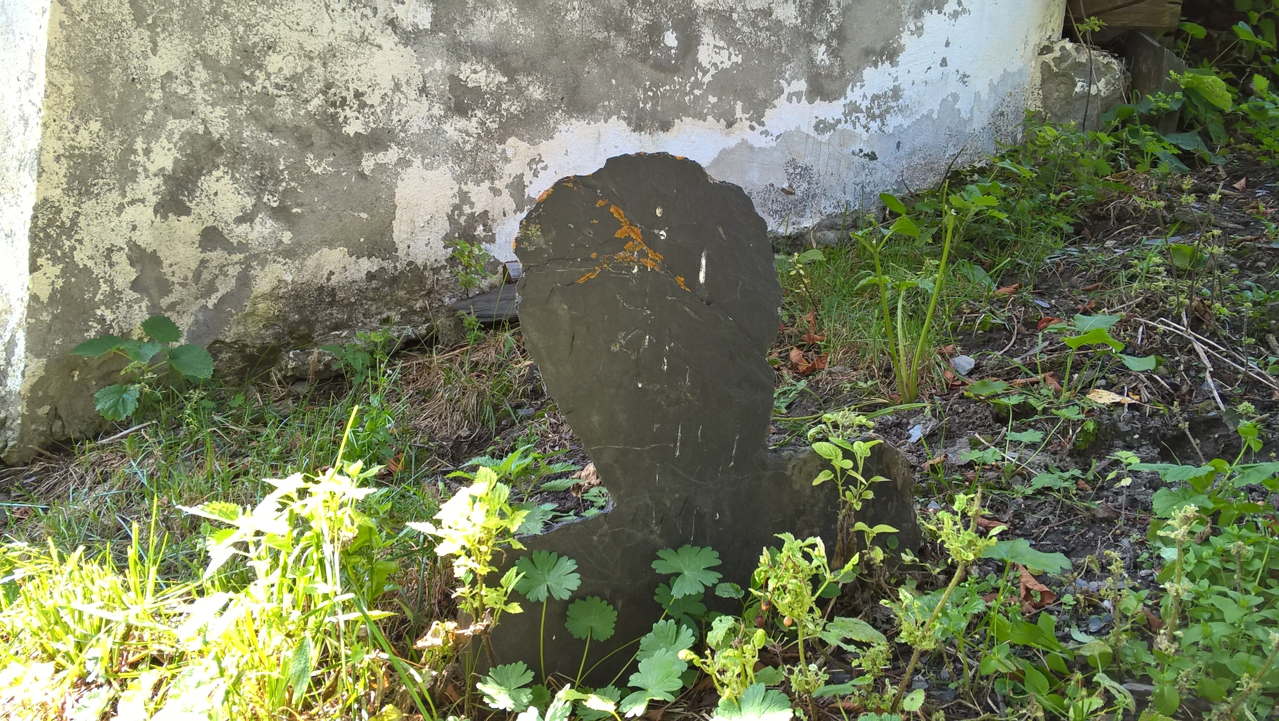 надгробье в виде силуэта человека