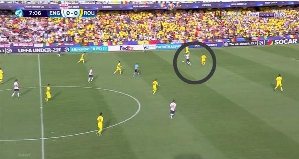 Неделчару выдергивается на нападающего сборной Англии, на опережение не сыграть слишком большой зазор между игроками.