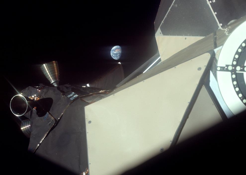 17) Вид Земли во время длительного полета к Луне. В кадре видны некоторые части лунного модуля. (NASA)