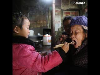 Девочка в одиночку заботится о бабушках
