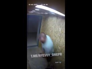 В Днепре мужик избил и залил перцовкой негра