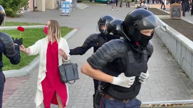 Видео дня задержанная девушка дарит силовикам цветы