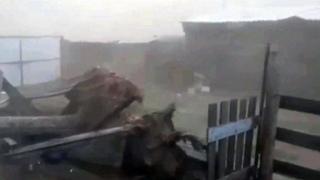 В Туве сильный ураган повредил крыши домов и оборвал линии электропередачи.