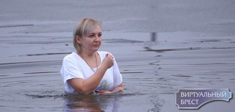 Вопреки церкви и погоде... Брестчане всё равно идут окунуться в воду на Крещение