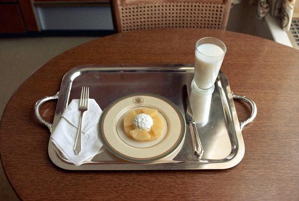 Последний ланч президента Ричарда Никсона в Белом доме, 8 августа 1974 года, Вашингтон, округ Колумбия В тот день Ричард Никсон заказал творог, ломтики ананаса и стакан молока. Через несколько