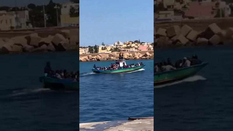Sbarco a Lampedusa- Migranti in un barcone