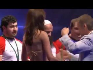 Мусульманин-спортсмен  закрыл глаза,чтобы не видеть обнажённой девушки.
