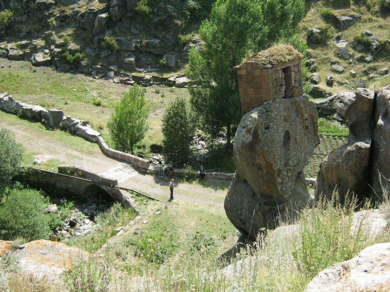 Каменная комната монаха на скале у монастыря Аричиванк