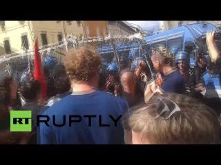 Италия: Полиция блокировал протестующих от достижения Ренци во время публичного выступления.