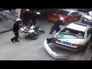 LiveLeak - 8 Chinese Police vs 1 Crazed Driver