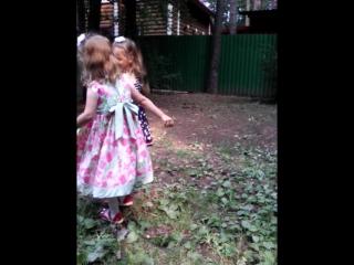 Девчонки отплясывают на Дне рождения бабули)- группа Орион играет!