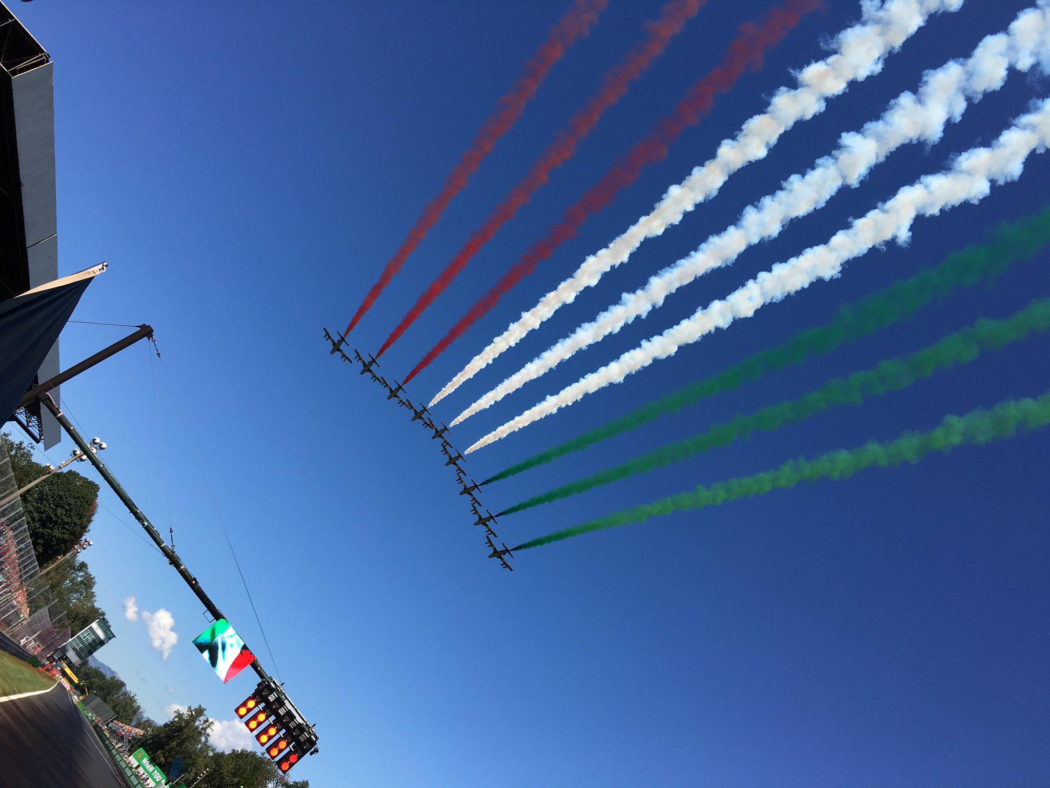 Самолёты над стартовым полем гран-при Италии