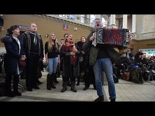 """""""Оренбургский пуховый платок"""": флешмоб на Киевском вокзале"""