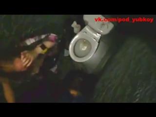 Давай в жопу её еби! молодая сучка обслуживает парней в туалете ночного клуба