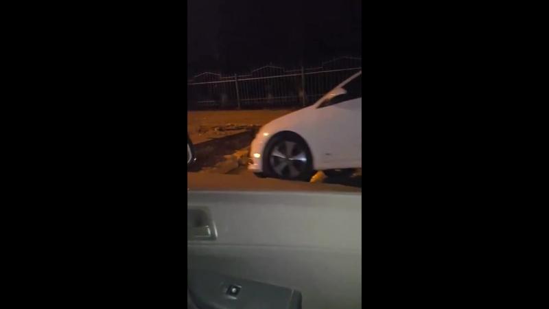 На улице Буребиста машина въехала в яму на дороге