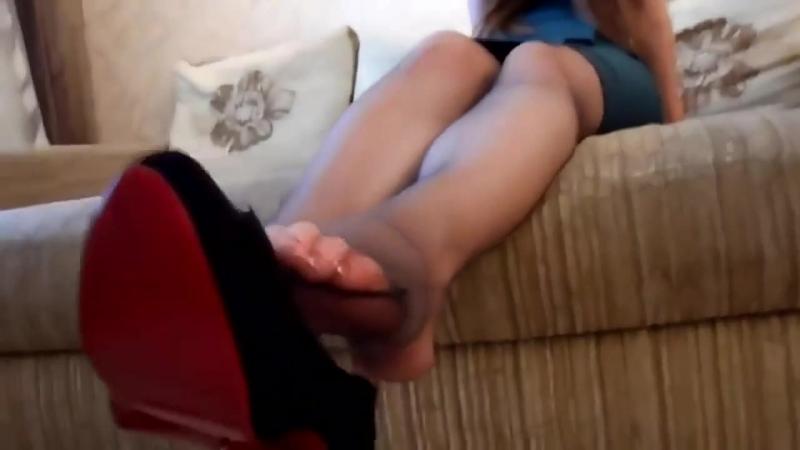 Рыжая девчонка в колготках (stocking pantyhose toes legs feet foot fetish фут