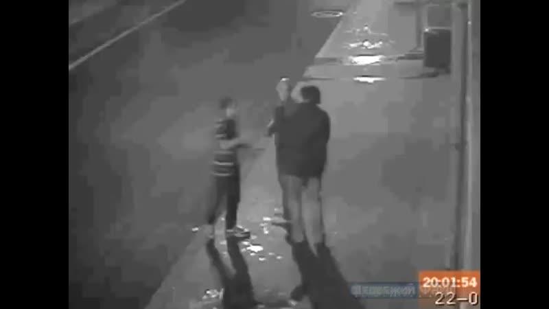Двое приятелей зарезали 20-летнего студе...или ножом (480p).mp4