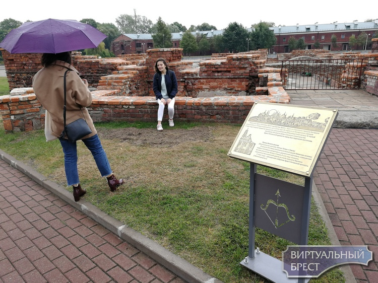 Руины в крепости укрепили и установили информационные таблички для туристов