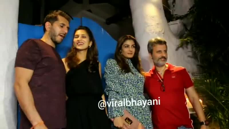 Равина Тандон с мужем Анилом Тхадани, продюсер Ритеш Сидхвани с женой на вечеринке
