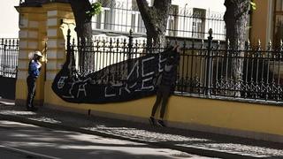 Активисты забросали дымовыми шашками резиденцию патриарха Кирилла и вывесили баннер на заборе