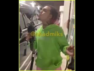 Лил Памп курит косяк рядом с бензоколонкой Рифмы и Панчи