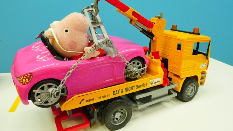 O carro da Mamãe Pig foi evacuado! Peppa Pig Português Brasil. Brinquedos de desenho animado.