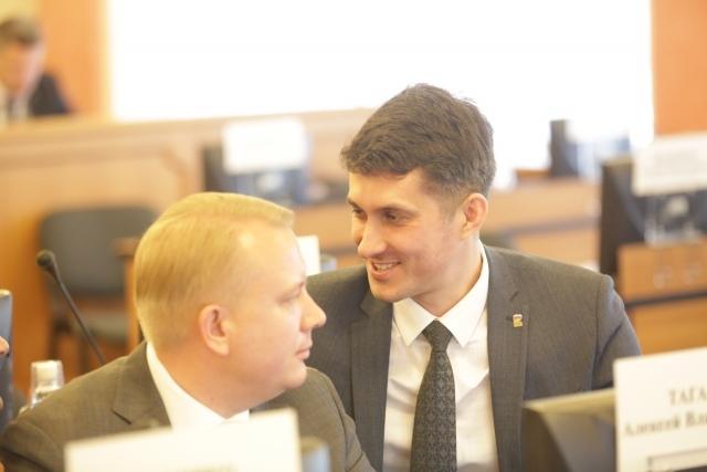 Алексей Таганов (слева) и председатель муниципалитета Артур Ефремов
