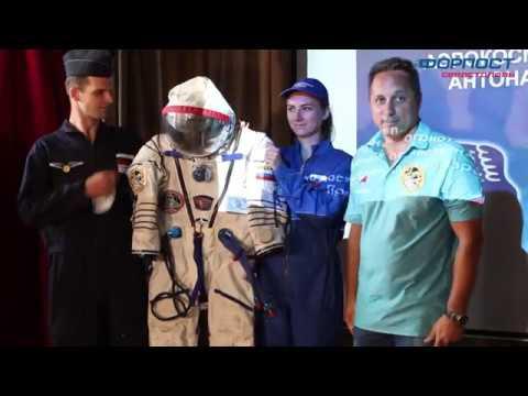 Севастопольский космонавт Антон Шкаплеров подарил свой скафандр музею