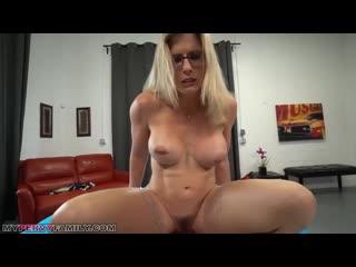 Спортивная мама в очках трахает родного сына, POV sex family incest porn tit ass mom fuck game (Инцест со зрелыми мамочками 18+)