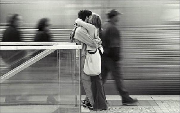 Трогательное стихотворение о любви, которая обязательно есть в душе каждого Стояли девушка и юноша, не замечая ничего...Римма Казакова известна в первую очередь как поэтесса, которая писала