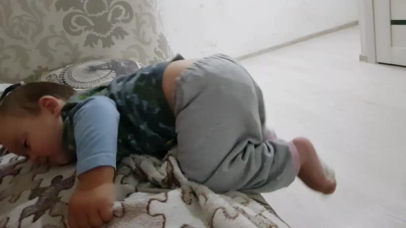 сонные Тимур лезет к маме на кровать