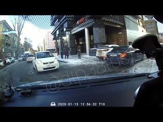 Злой и невнимательный водитель Мерседеса в солнцезащитных очках