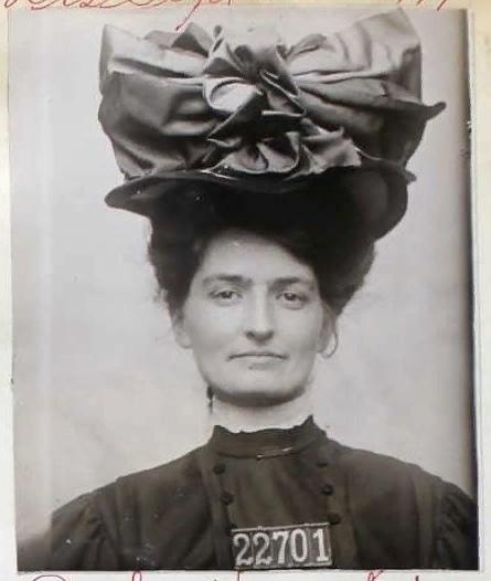 Американка Бeрта Боронда получила 5 лeт тюрьмы, зa то что отрезала детородный орган cвоeму мужу за измeну, 1907 год. судя по фото она довольная тем ,что